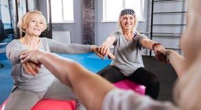 Amici femminili allegri che godono del loro allenamento di forma fisica Fotografia Stock Libera da Diritti