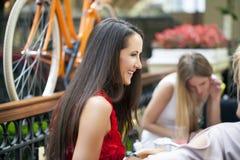 amici femminili che hanno viale del pranzo insieme Fotografie Stock Libere da Diritti