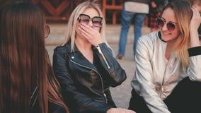 Amici femminili che pareggiano le ragazze che si siedono via video d archivio