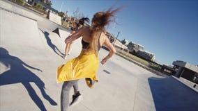 Amici femminili che vanno in giro un parco del pattino video d archivio