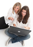 Amici femminili con il computer portatile Immagini Stock Libere da Diritti