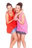 Amici femminili delle giovani coppie che ridono sul bianco Fotografia Stock Libera da Diritti