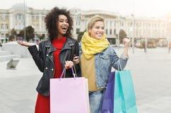 Amici femminili felici all'aperto Fotografie Stock Libere da Diritti