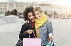 Amici femminili felici all'aperto Fotografia Stock Libera da Diritti