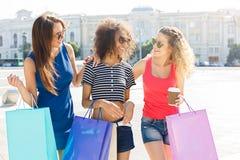 Amici femminili felici all'aperto Fotografie Stock