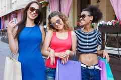 Amici femminili felici all'aperto Immagine Stock Libera da Diritti