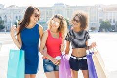 Amici femminili felici all'aperto Immagine Stock