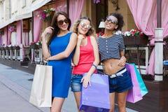 Amici femminili felici all'aperto Immagini Stock Libere da Diritti