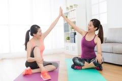 Amici femminili felici che fanno insieme forma fisica di yoga Immagine Stock Libera da Diritti
