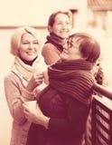 Amici femminili sul terrazzo di estate Fotografia Stock Libera da Diritti
