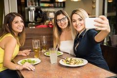 Amici femminili svegli che prendono un selfie Fotografia Stock