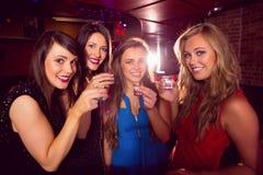 Amici graziosi che bevono insieme i colpi Immagini Stock Libere da Diritti