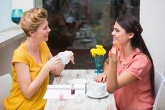 Amici graziosi che mangiano un caffè Fotografia Stock
