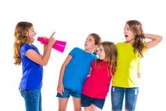 Amici gridanti della ragazza del bambino del capo del megafono Fotografia Stock