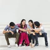 Amici indiani che si siedono concetto felice Fotografia Stock