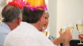 Amici maturi che celebrano un compleanno stock footage