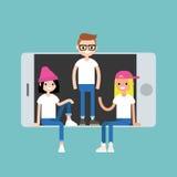 Amici millenari che si siedono e che stanno dentro lo Smart Phone Fotografia Stock Libera da Diritti