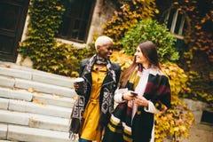 Amici multietnici abbastanza giovani che camminano il giorno di autunno Fotografia Stock Libera da Diritti