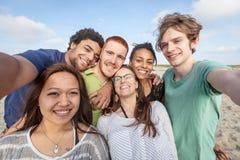 Amici multirazziali alla spiaggia Fotografie Stock