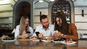 Amici multirazziali allegri che prendono selfie in pizzeria archivi video