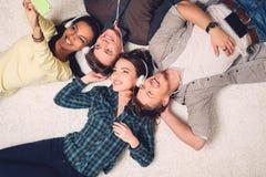 Amici multirazziali felici che prendono selfie fotografia stock