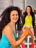 Amici nell'allenamento della palestra con i bilancieri Donne di addestramento di forma fisica Fotografie Stock Libere da Diritti