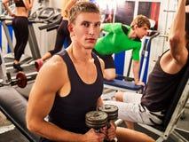 Amici nell'allenamento della palestra con l'attrezzatura di forma fisica Uomini di addestramento Fotografia Stock Libera da Diritti