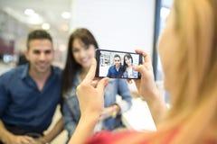 Amici nella barra che prende le foto con gli smartphones Fotografie Stock Libere da Diritti