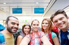 Amici o turisti che prendono selfie sopra l'aeroporto immagini stock