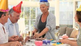 Amici pensionati che celebrano un compleanno video d archivio