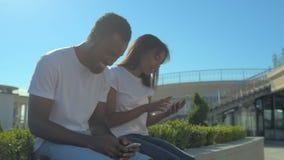 Amici positivi di messaggio dei giovani durante l'intervallo di pranzo stock footage