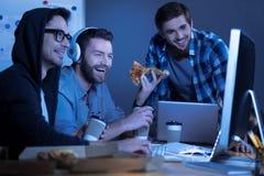Amici positivi felici che guardano un film Immagine Stock