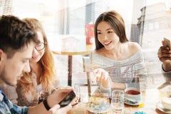 Amici rilassati che bevono insieme tè Fotografie Stock