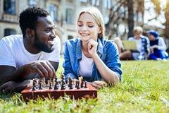 Amici rilassati che godono insieme del gioco di scacchi Fotografia Stock Libera da Diritti