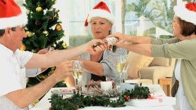Amici senior che celebrano il Natale stock footage