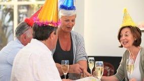 Amici senior che celebrano un compleanno stock footage