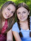 Amici sorridenti fotografie stock libere da diritti