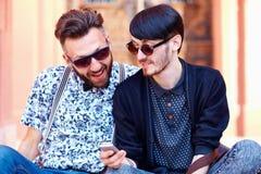 Amici sorridenti che chiacchierano nella rete sociale Fotografie Stock