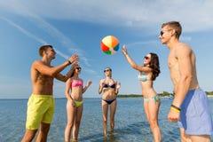 Amici sorridenti in occhiali da sole sulla spiaggia di estate Fotografia Stock Libera da Diritti