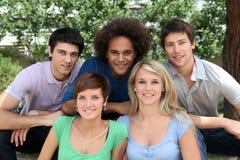 Amici in sosta pubblica Immagine Stock