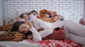 Amici stanchi dopo il partito, addormentato insieme sul letto video d archivio