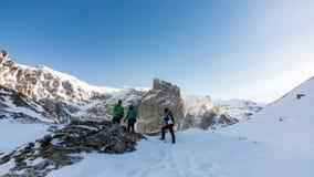 Amici su una montagna congelata fotografia stock