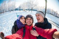Amici su una passeggiata di inverno Fotografie Stock Libere da Diritti