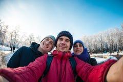 Amici su una passeggiata di inverno Immagini Stock