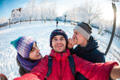 Amici su una passeggiata di inverno Immagine Stock