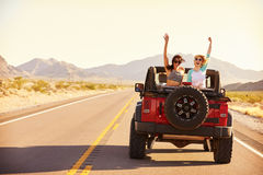 Amici sul viaggio stradale che guida in automobile convertibile Immagine Stock Libera da Diritti