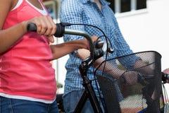 Amici sulle bici Immagini Stock