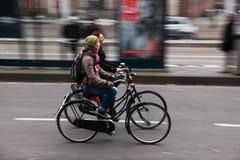 Amici sulle biciclette Immagine Stock