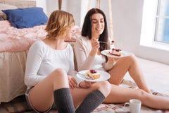 Amici trascurati che mangiano torta di formaggio per la prima colazione Fotografie Stock Libere da Diritti