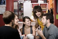 Amici in una Camera di caffè Fotografia Stock Libera da Diritti